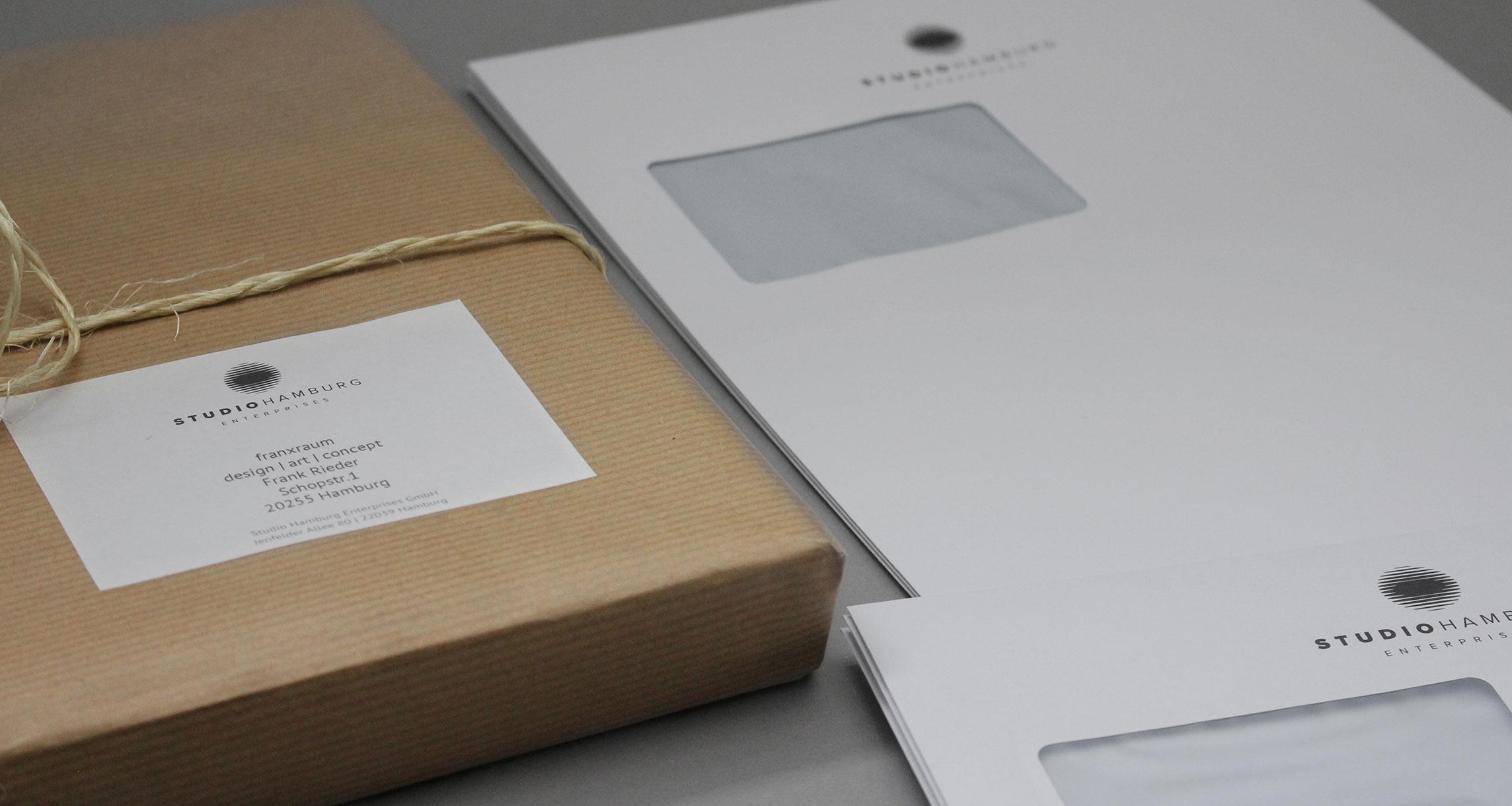 Geschäftsausstattung Studio Hamburg Enterprises: Paketaufkleber und Briefumschlag DIN lang und C4